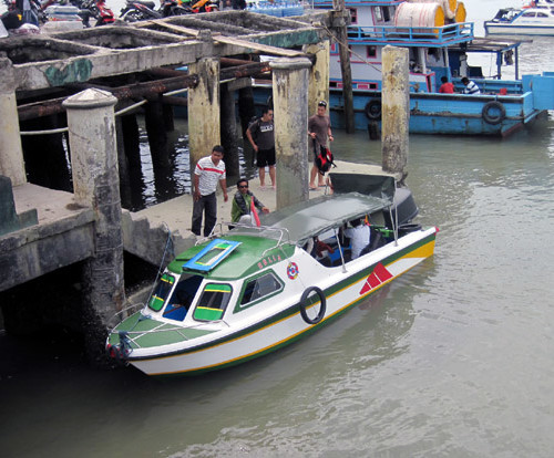 Speed boat di pelabuhan