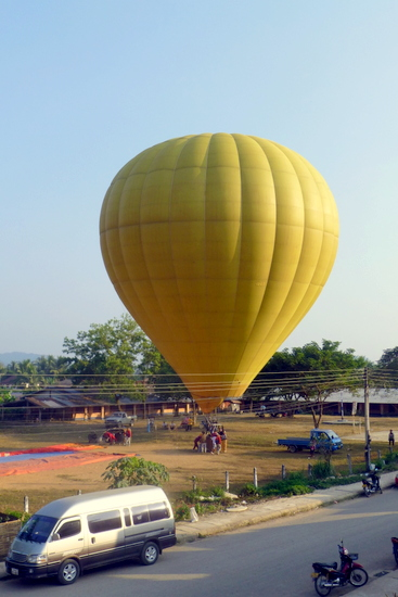Persiapan pelepasan hot air balloon di Vang Vieng
