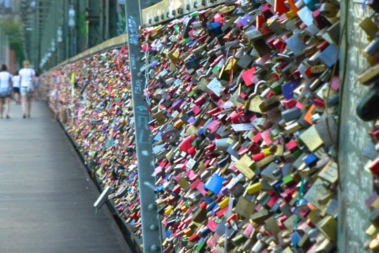 Love locks di atas jembatan Hohenzollern, Cologne