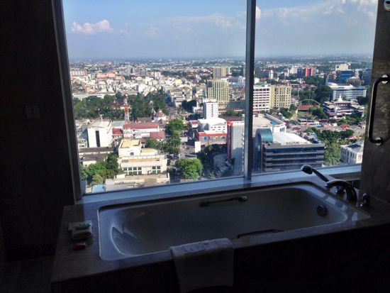 Bathtub dengan pemandangan Medan city view