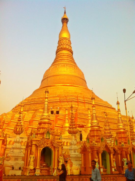 Warna Shwedagon Pagoda menjelang Sunset