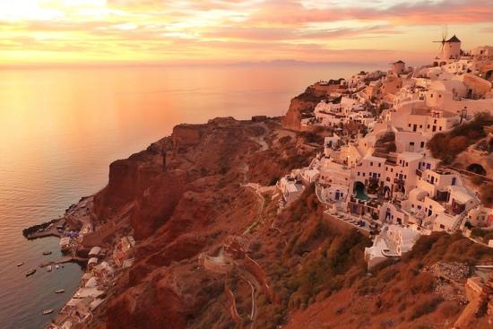 Salah satu aktivitas yang wajib dilakukan di Santorini - sunset watching