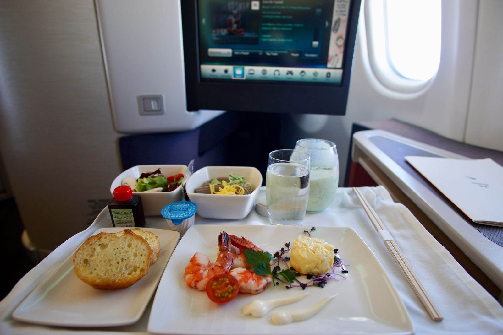 Pengalaman Naik Cathay Pacific Business Class - PergiDulu.com